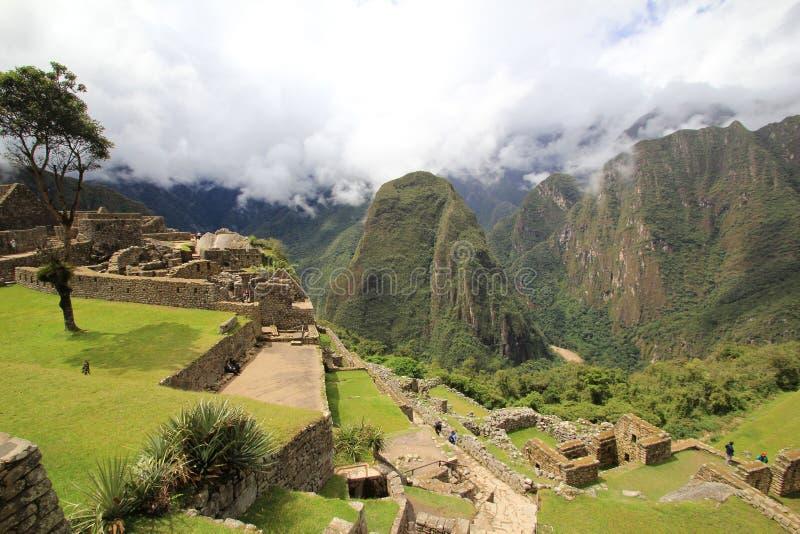 Terrazzi di Machu Picchu sopra la valle di Urubamba immagine stock libera da diritti