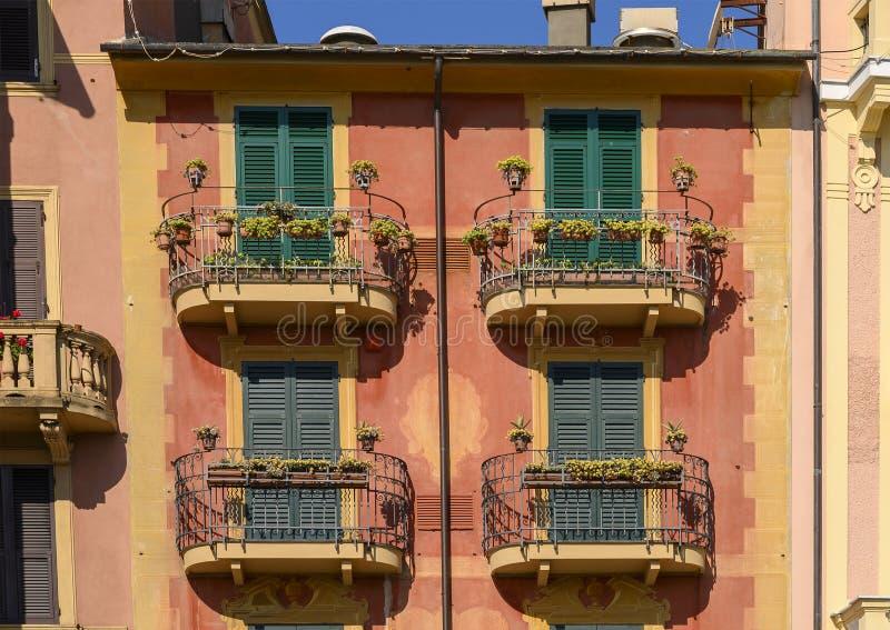 Terrazzi sulle residenze dipinte lungo la passeggiata di Santa Margherita Ligure, Italia fotografia stock libera da diritti