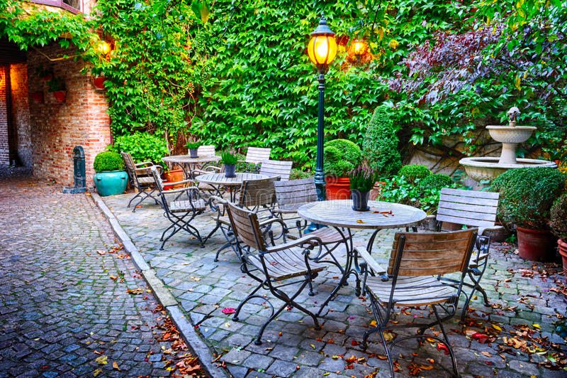 Terrazzo accogliente del caffè a Bruges fotografia stock libera da diritti