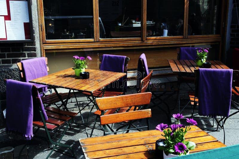 Terrazzo all'aperto del pub con i fiori porpora immagine stock