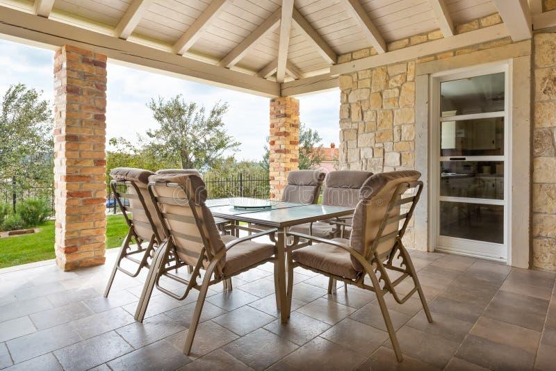 Terrazzo con la tavola e le sedie immagine stock