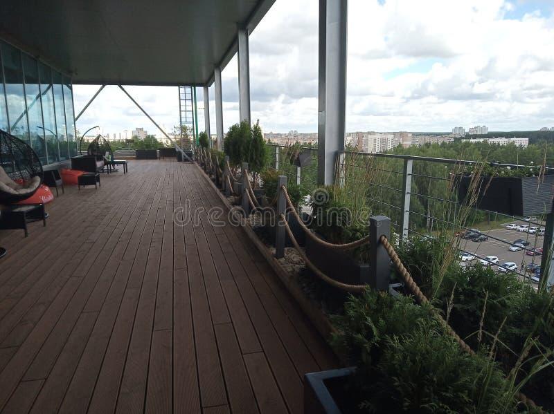 Terrazzo con le viste della foresta e del centro di affari resto o rilassamento per il personale di ufficio raduni nell'aria fres fotografie stock libere da diritti