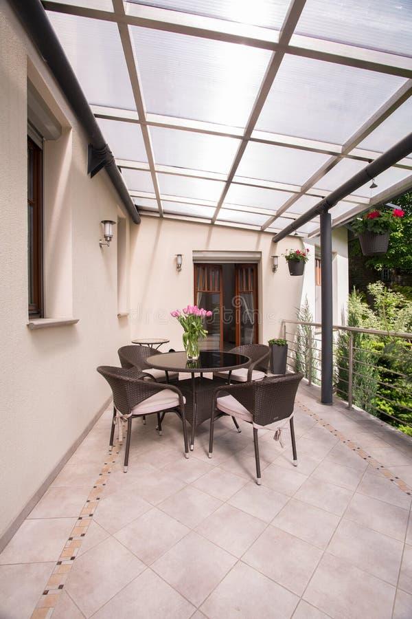 Terrazzo Coperto Con Mobili Da Giardino Immagine Stock - Immagine ...