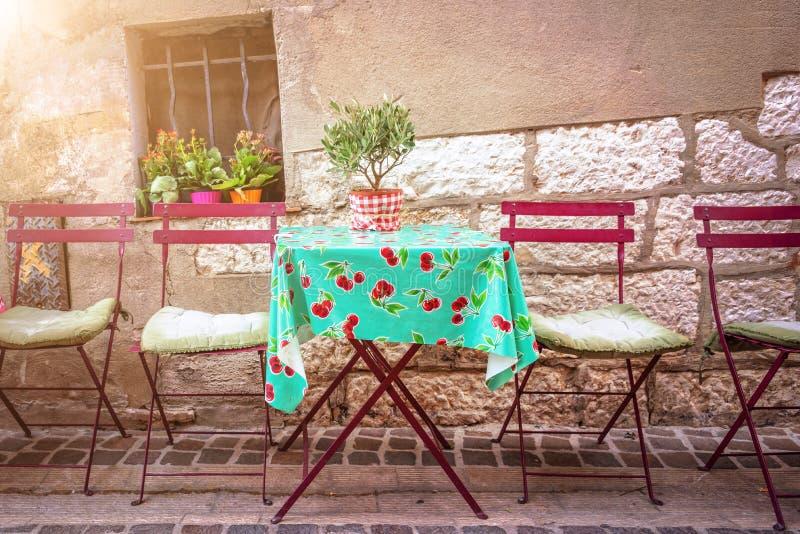 Terrazzo d'annata accogliente del caffè in una via del cassis sul rivieria francese Francia fotografia stock libera da diritti