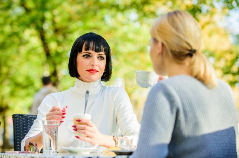 Terrazzo del caffè delle donne di conversazione Relazioni amichevoli di amicizia Ation di rivelazione fotografie stock libere da diritti