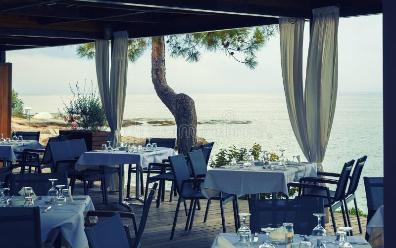 Terrazzo del ristorante con la bella vista del mare, Hersonissos, Grecia luce morbida di sera del tramonto fotografie stock libere da diritti