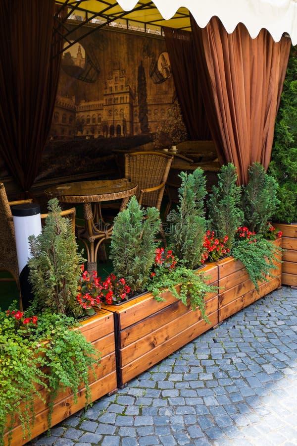 Terrazzo di estate del caffè della città sulla via fotografia stock libera da diritti