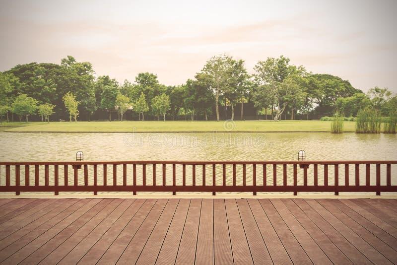 Terrazzo di legno con la vista del lago fotografie stock