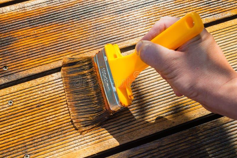 Terrazzo di lubrificazione con l'ampia spazzola fotografia stock libera da diritti