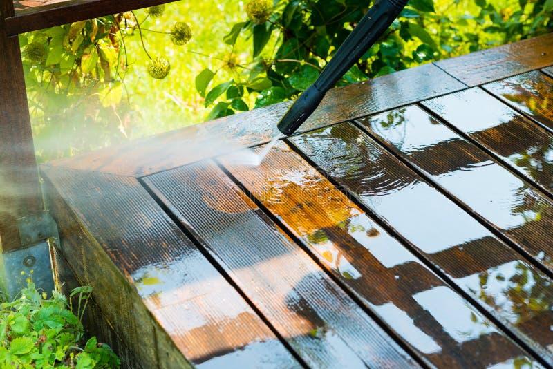 Terrazzo di pulizia con una rondella di potere fotografia stock