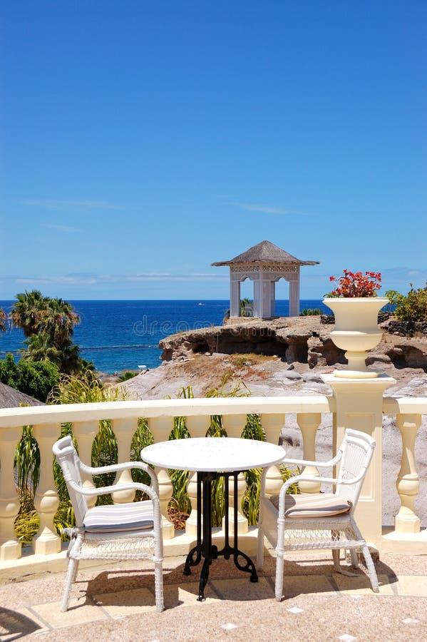 Terrazzo di vista del mare del ristorante dell'albergo di lusso fotografia stock libera da diritti