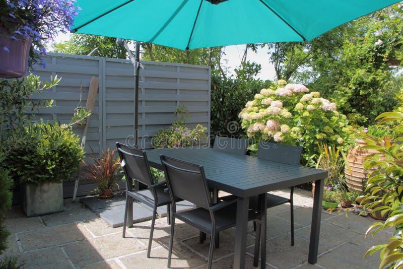 Terrazzo Fiorito Con Mobili Da Giardino Immagine Stock - Immagine di ...
