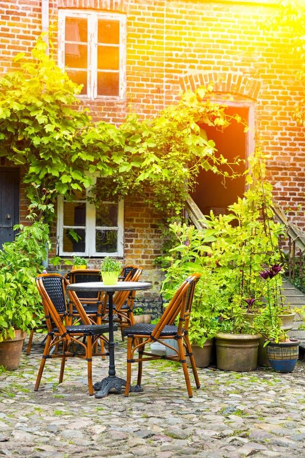 Terrazzo francese accogliente del caffè in vecchia piccola città fotografia stock