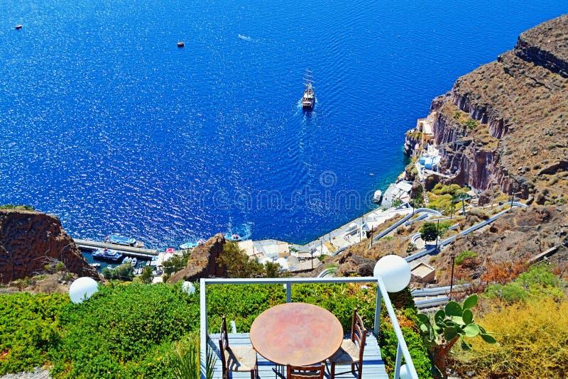 Terrazzo Grecia del vecchio porto dell'isola di Santorini immagini stock libere da diritti