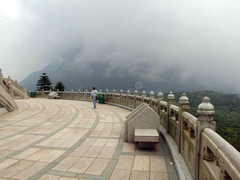Terrazzo intorno al grande Buddha fotografie stock