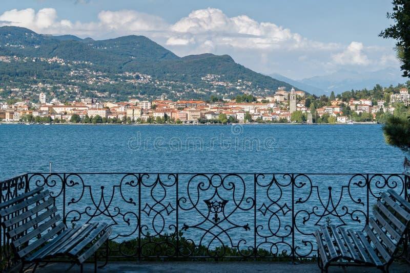 Terrazzo italiano del giardino con la vista del lago fotografie stock libere da diritti