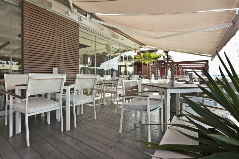 Terrazzo moderno del caffè della riva del fiume di mattina fotografie stock