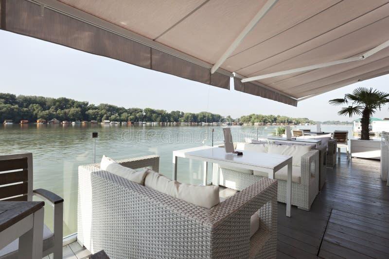 Terrazzo moderno del caffè della riva del fiume di mattina fotografie stock libere da diritti