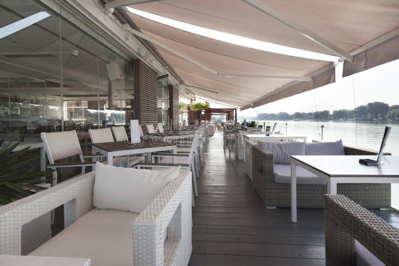Terrazzo moderno del caffè della riva del fiume di mattina immagini stock libere da diritti