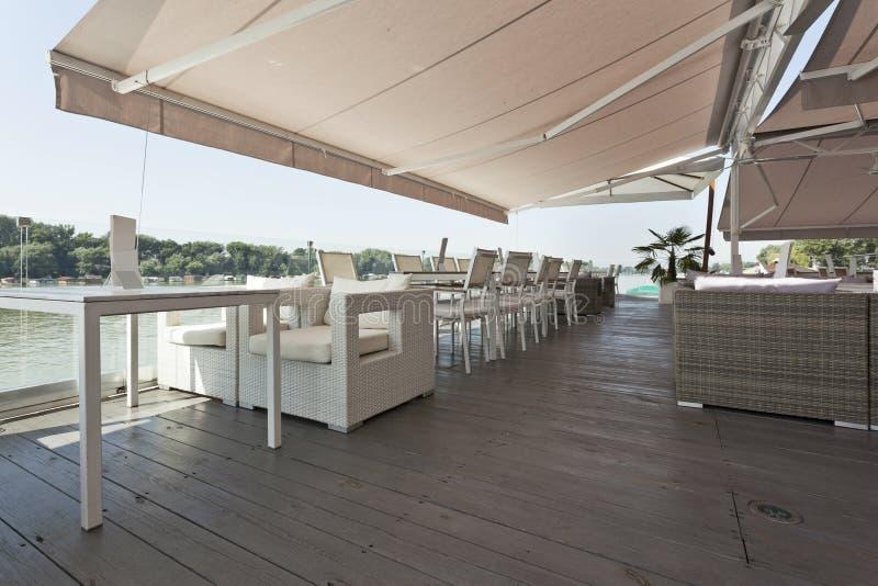 Terrazzo moderno del caffè della riva del fiume di mattina fotografia stock libera da diritti