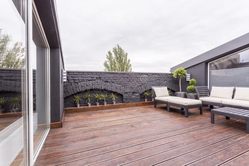 Terrazzo Scuro Con Mobili Da Giardino Immagine Stock - Immagine di ...