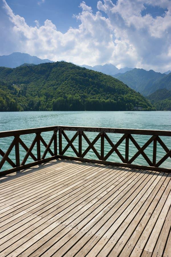 Terrazzo sul lago Barcis immagine stock