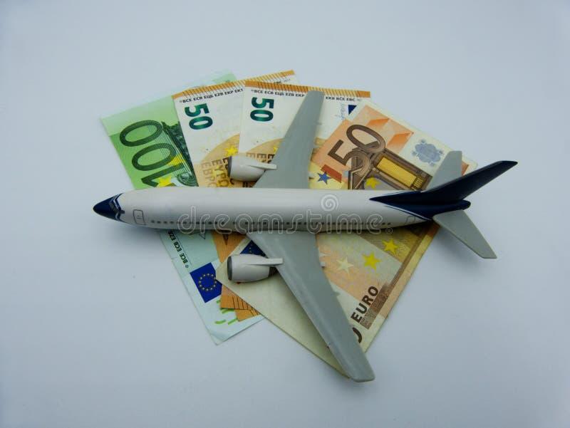 Terre bianche dell'aeroplano su un mucchio di euro banconote Concetto di aviazione fotografia stock libera da diritti