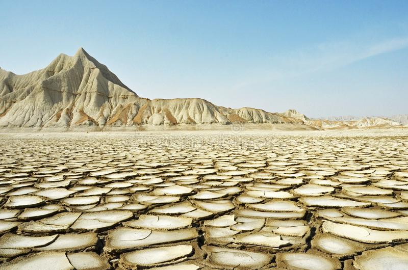 Terre criquée et montagne sèche images stock