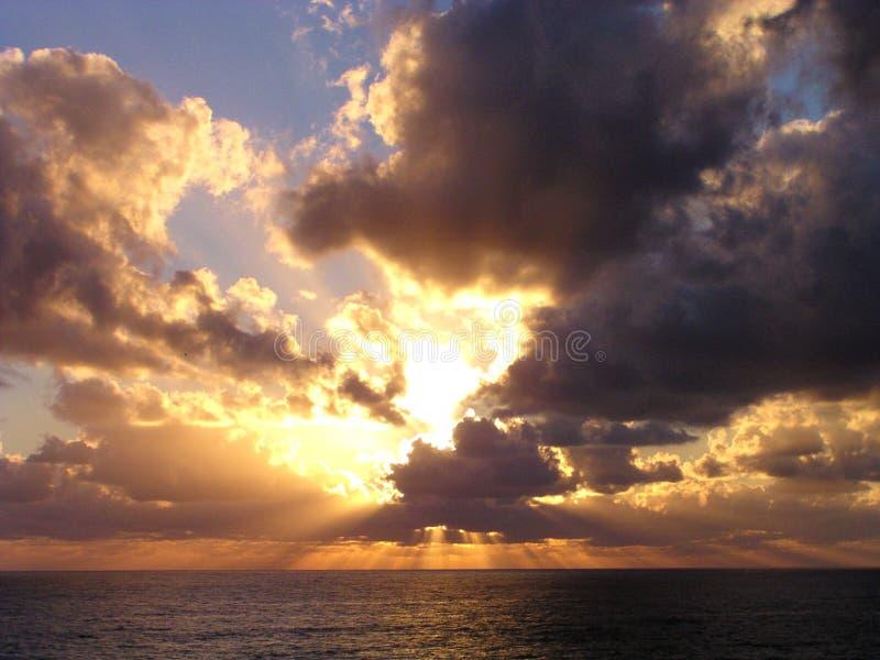 Terre de cinque de coucher du soleil images libres de droits