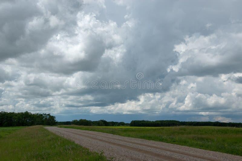 Terre de route et de ferme de gamme en Saskatchewan, Canada photos libres de droits