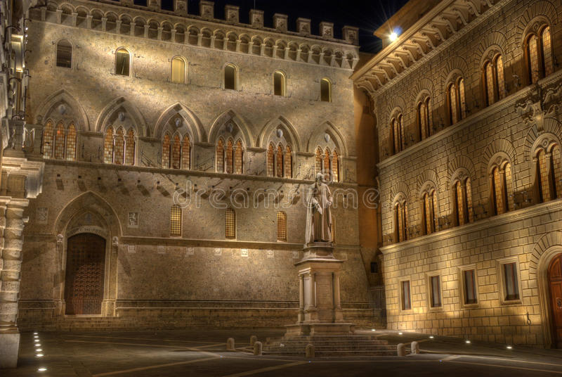 Terre di Siena entro Night - piazza Salimbeni immagini stock libere da diritti