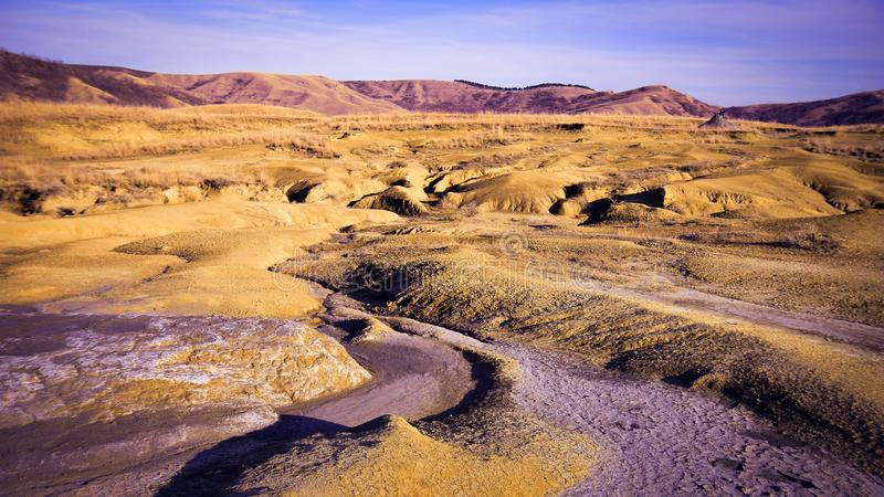 Terre sèche de désert autour de volcan boueux images stock