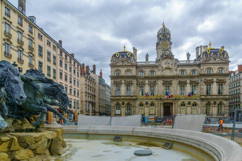 Terreaux广场、Bartholdi喷泉和政府大厦在利昂 免版税库存图片