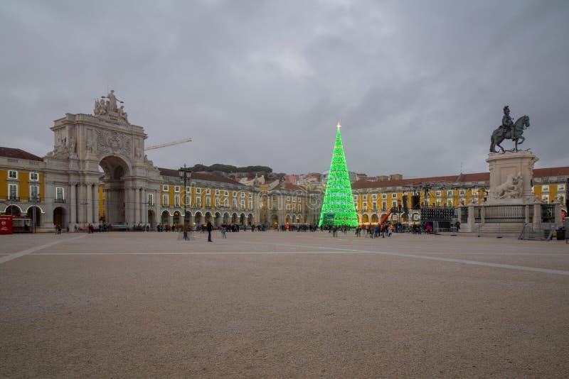 Terreiro hace a Paco, con un árbol de navidad, en Lisboa imagenes de archivo