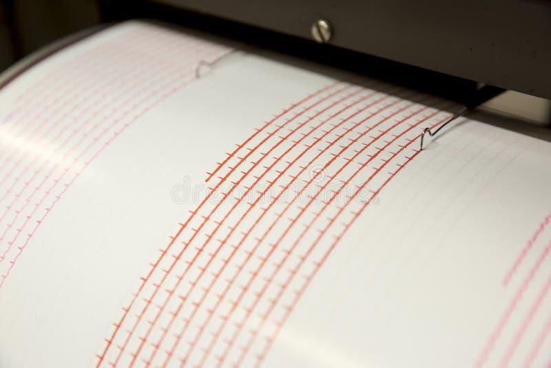 Terremoto da gravação do sismógrafo imagem de stock