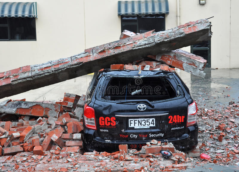 Terremoto de Christchurch - carro esmagado por Tijolo fotos de stock royalty free