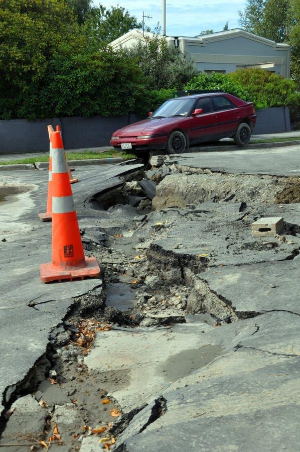 Terremoto de Christchurch - o carro cai na rachadura fotos de stock royalty free