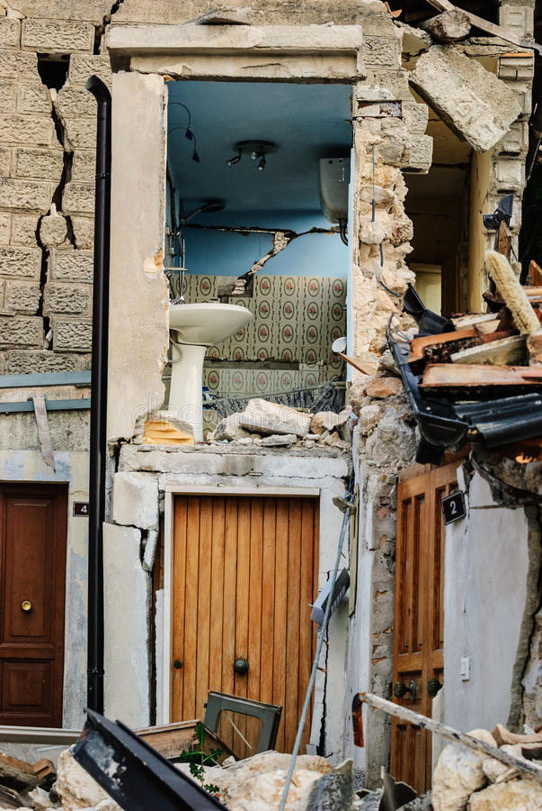 Terremoto de L'Aquila, casa derrumbada fotografía de archivo