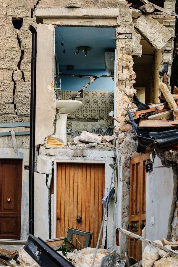 Terremoto di L'Aquila, casa crollata fotografia stock