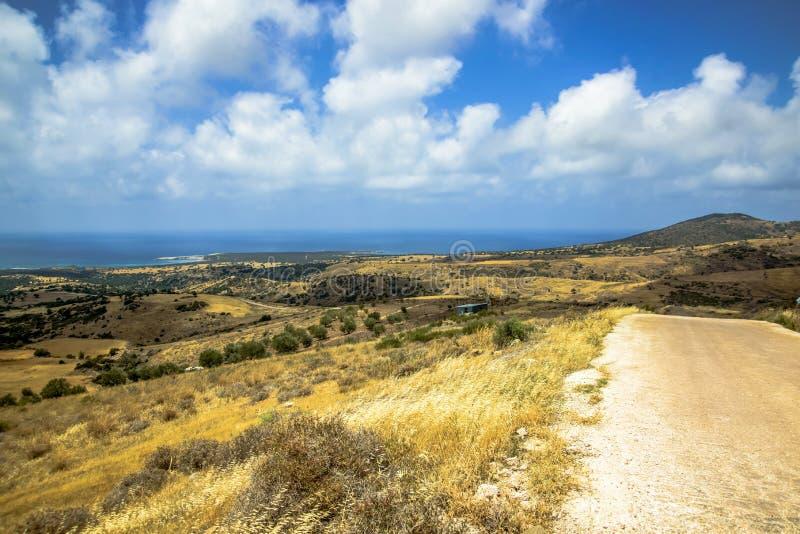 Terreno bonito da montanha e o céu azul fotos de stock royalty free
