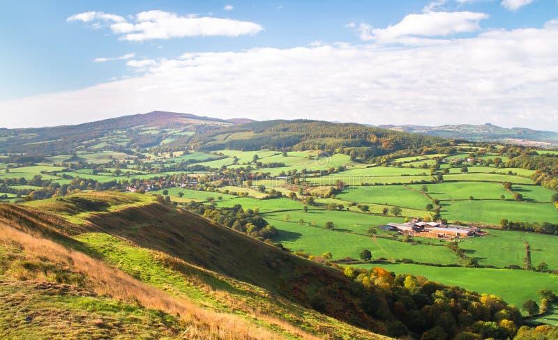 Terreno coltivabile espansivo in Inghilterra rurale fotografie stock