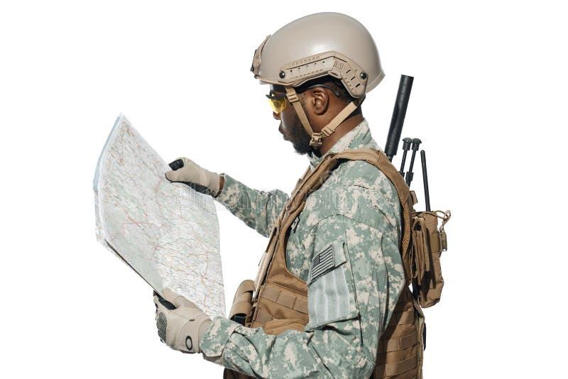 Terreno d'esplorazione del soldato dalla mappa immagini stock libere da diritti