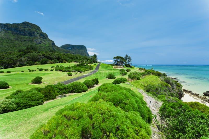 Terreno da golf dal mare fotografia stock libera da diritti