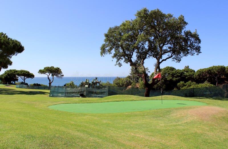 Terreno da golf nel paesaggio della linea costiera del Algarve fotografia stock