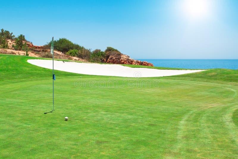 Terreno da golf sui precedenti del mare. fotografia stock