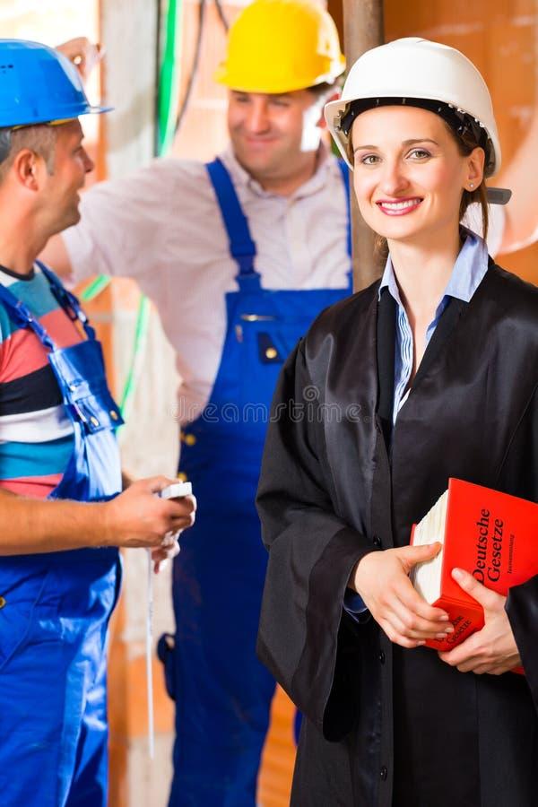 Terreno de construção da verificação do revisor ou do advogado para o defeito fotos de stock royalty free