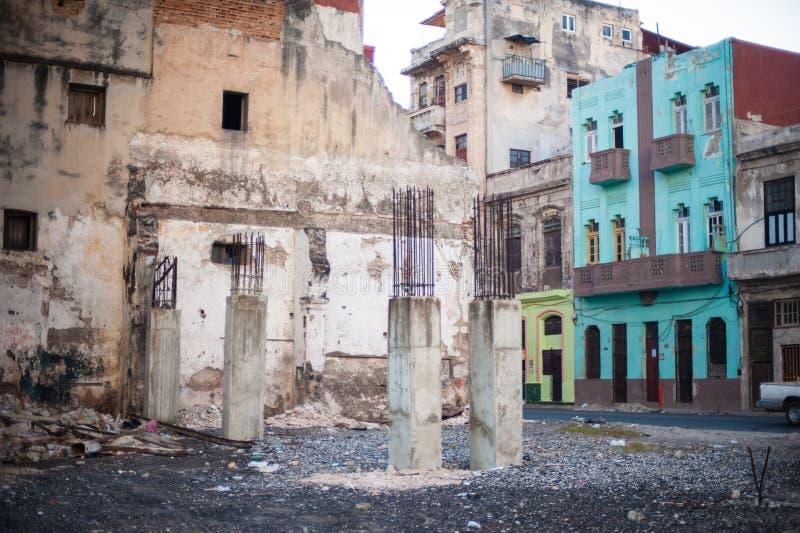 Terreno de construção de desintegração em Havana, Cuba fotografia de stock royalty free