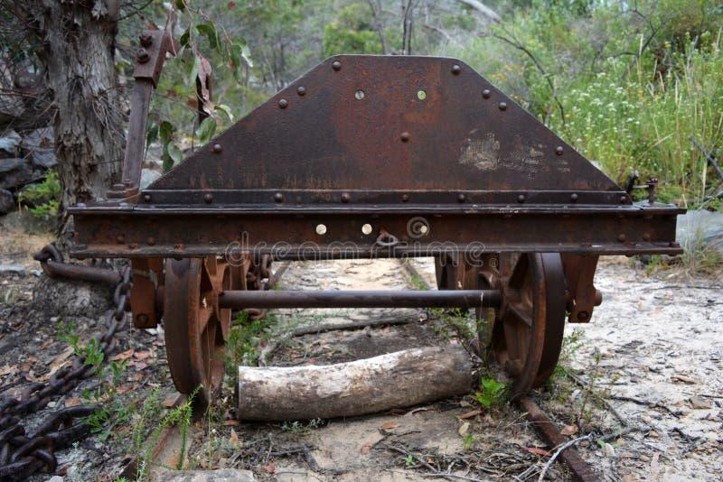 Terreno de vagones mineros abandonados en vías cercanas a una mina en desuso en Australia imagen de archivo