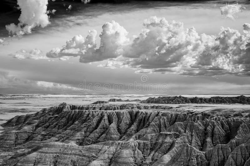 Terreno irregolare e cielo dei calanchi del Sud Dakota in bianco e nero immagini stock libere da diritti