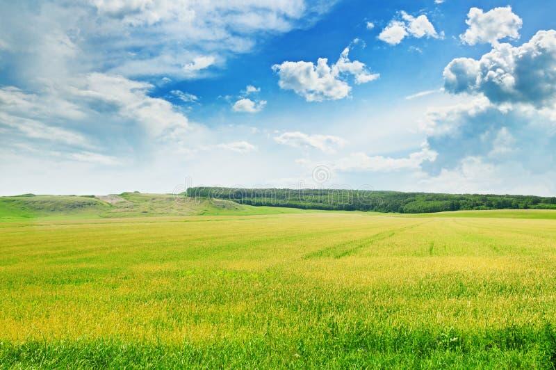 Terreno montañoso y el cielo azul imagenes de archivo